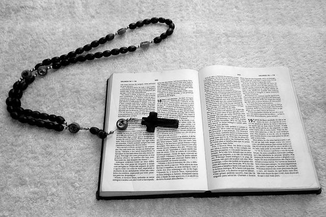 křížek na bibli