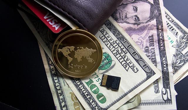 peníze u peněženky.jpg