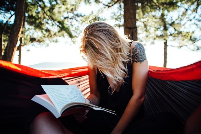 blondýna s knížkou