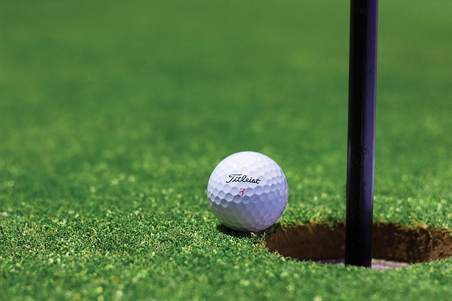 golfový míček u jamky