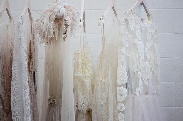 bílé šaty na ramínkách